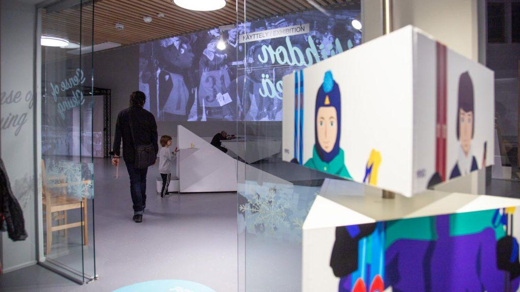 Lapsi leikkii Mäkimatilla pienoishyppyrmäessä.