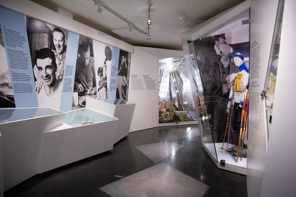 Sisulla sankariksi -näyttelyn vitriinejä