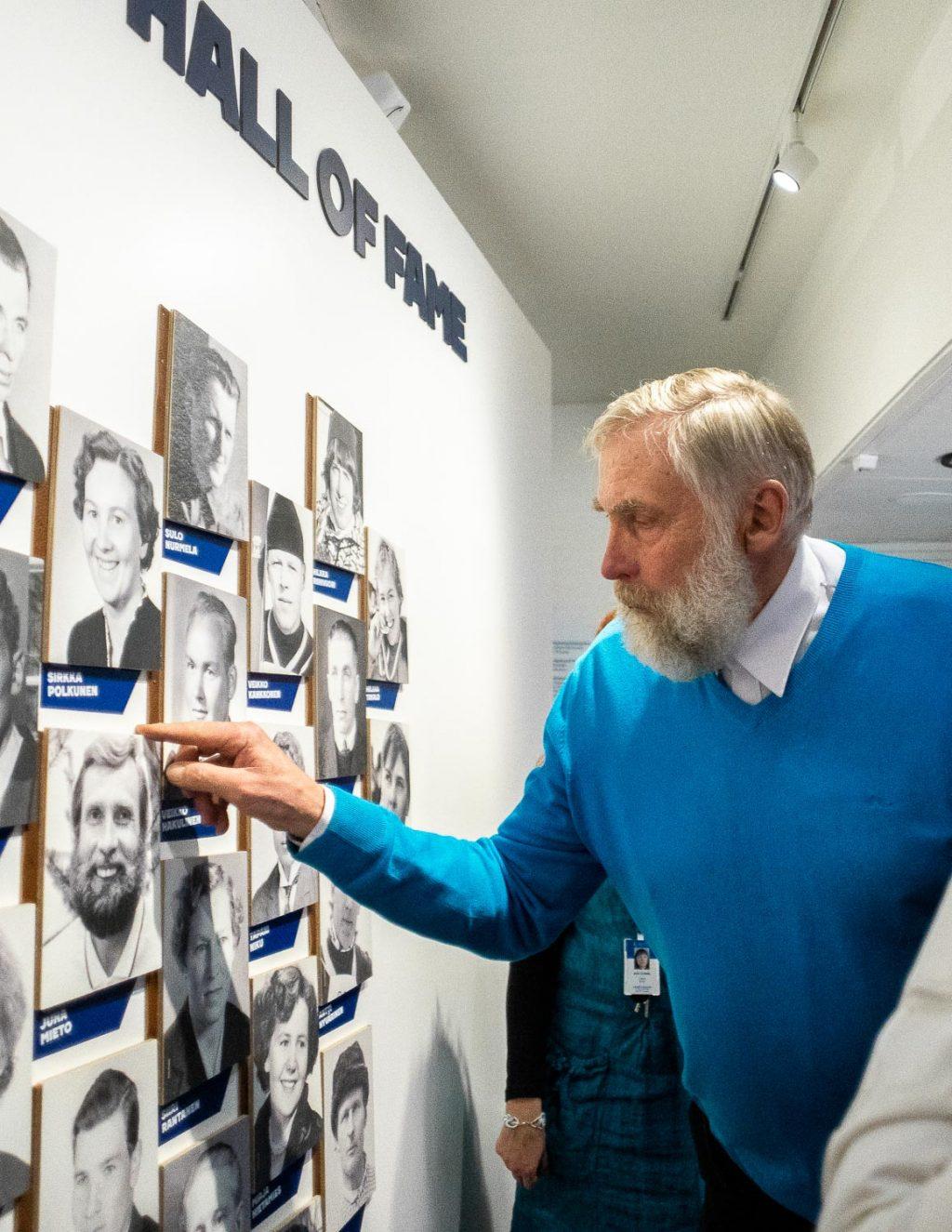 Hiihtäjä Juha Mieto katsoo Hall of Fame -seinää.