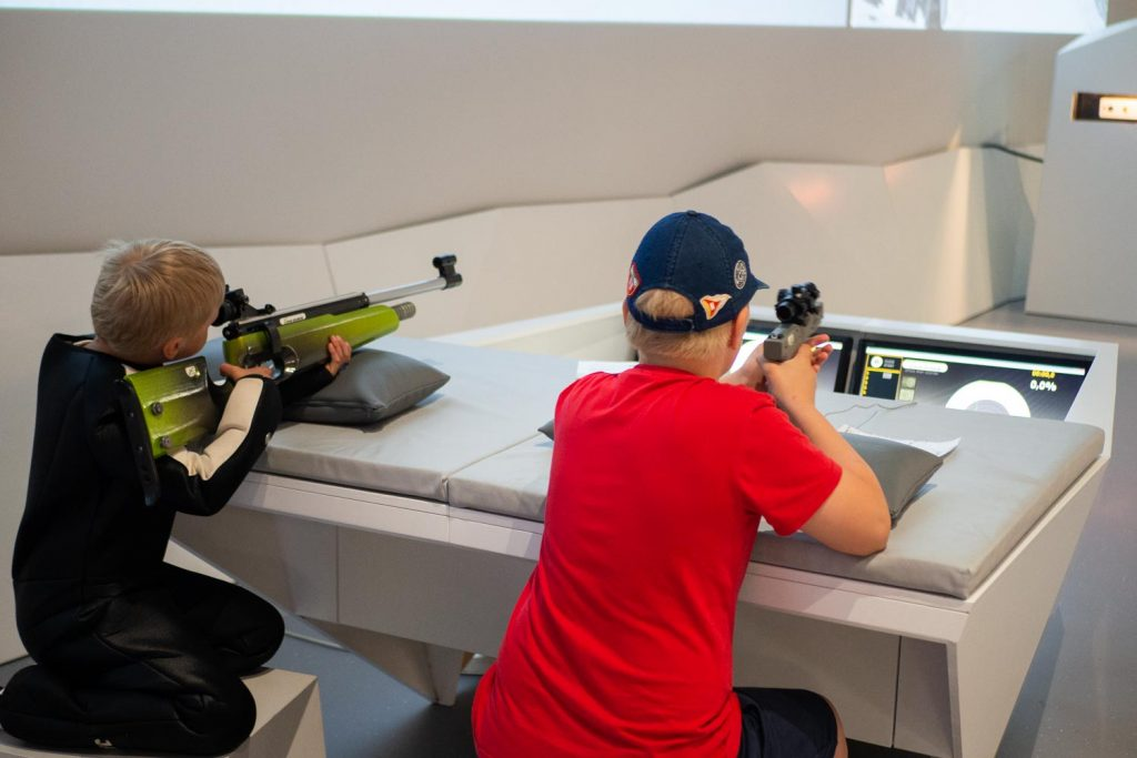 Pojat ampuvat laseraseilla.