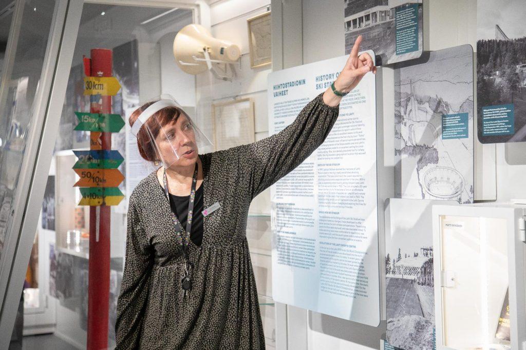 Opas esittelee museon sisältöjä.