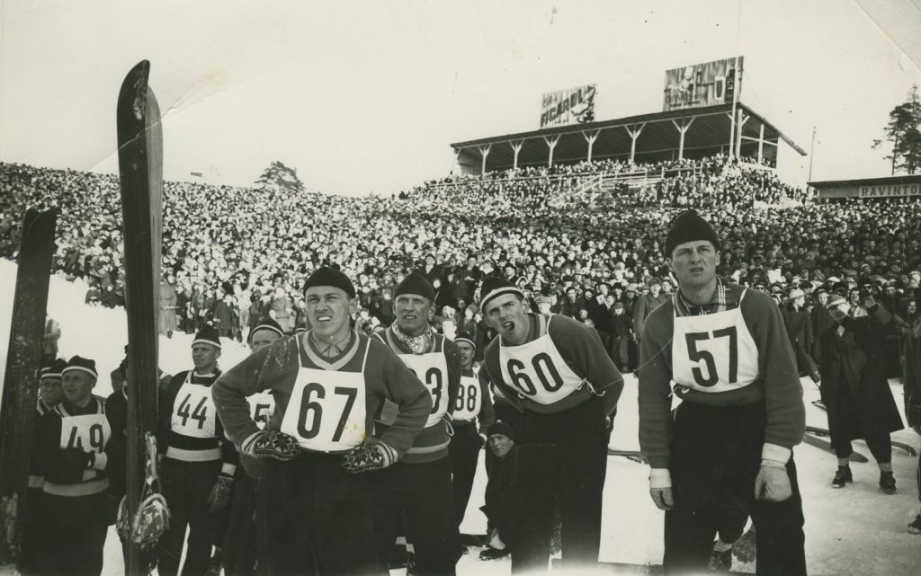 Mäkihyppääjiä ja kisayleisöä Lahden MM-kisoissa 1958.