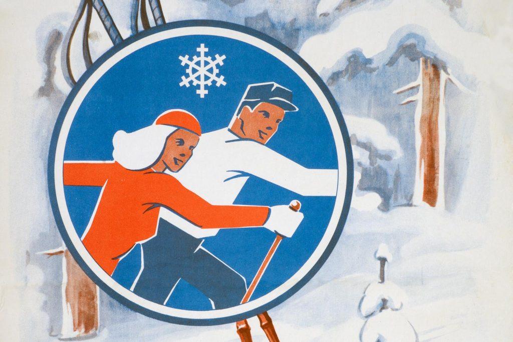 Kaksi hiihtäjää, suksisauvat ja luminen metsämaisema julisteessa.