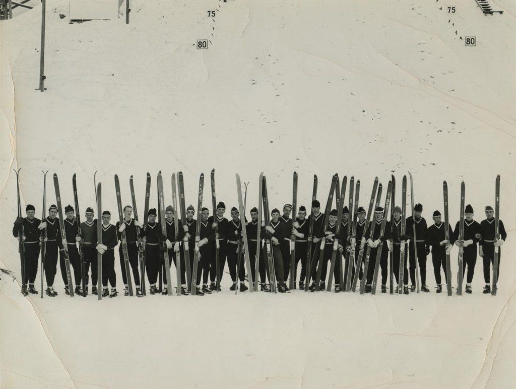 Mäkimiehet rivissä suksien kanssa 1960-luvun alussa.