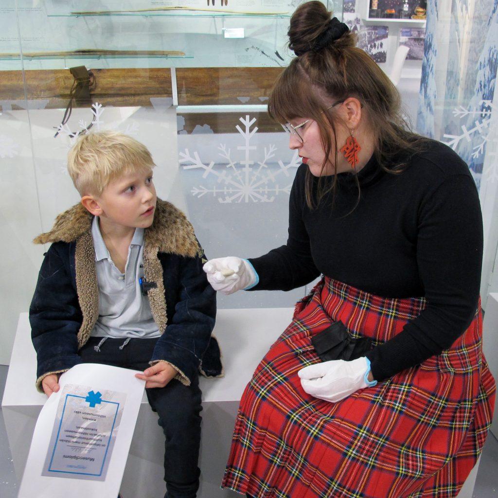6-vuotias Ahti Valola lahjoittaa mysteerikiven amanuessi Laura Häkkiselle.
